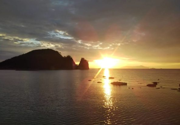 黄昏に染まる白い岩肌 乙女子(おとめこ)海岸
